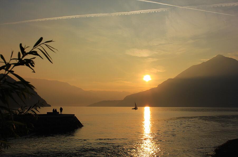 Lake-Como-sunset-over-the-lake-and-mountains