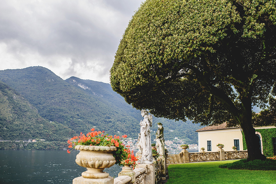 Villa-Balbianello-wedding-ceremony-lawn-oak-tree-lake