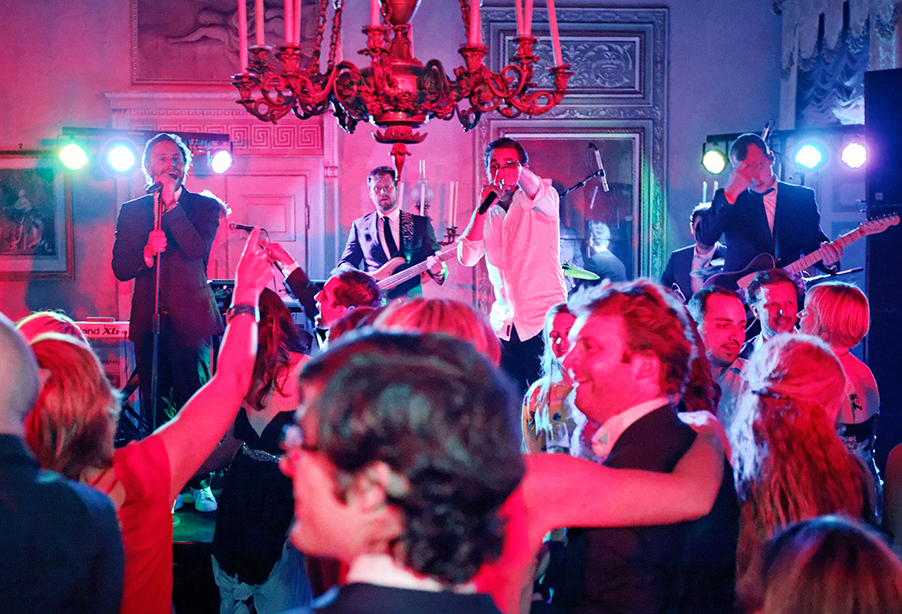 villa-pizza-indoor-recpetion-dancing-with-band-my-lake-como-wedding-planner