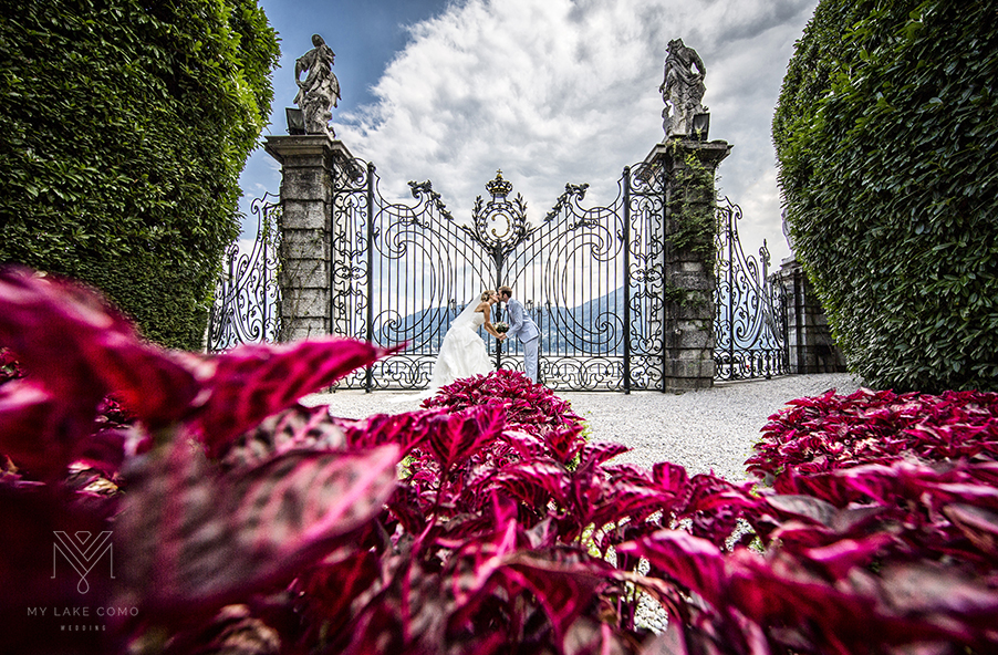 Bride-groom-at-the-gates-of-thier-wedding-villa-Villa-Carlotta-Lake-Como