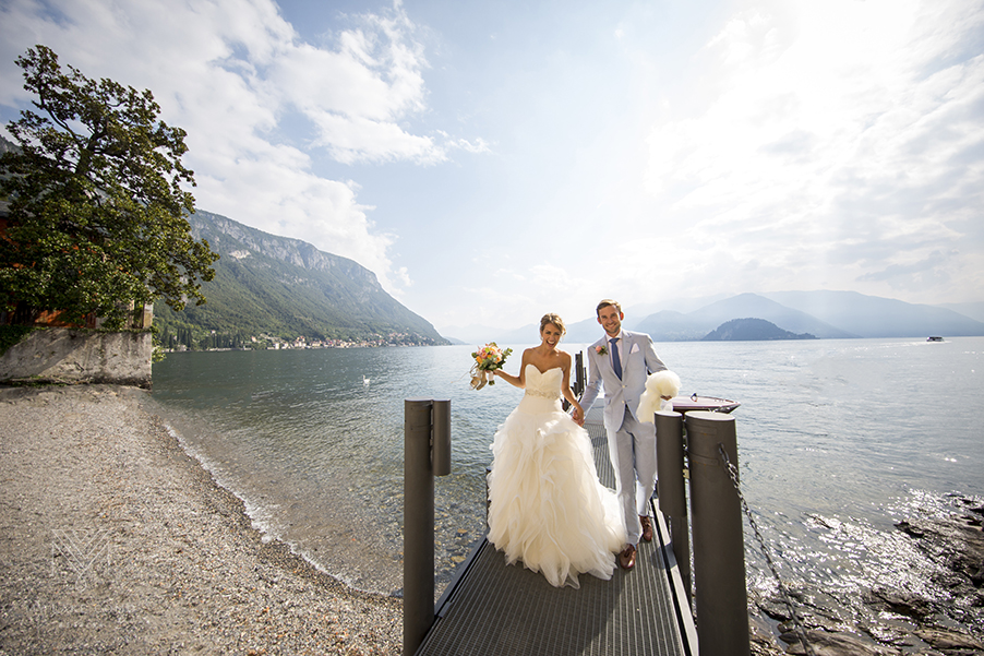Lake-Como-bride-and-groom-arrive-at-boat-port