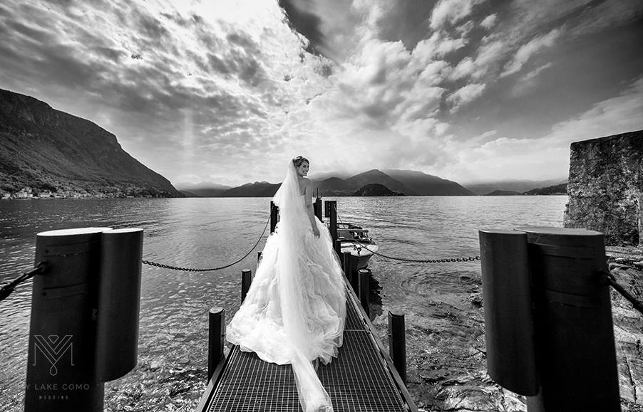 The-bride-waiting-for-the.bridal-speed-boat-on-Lake-Como