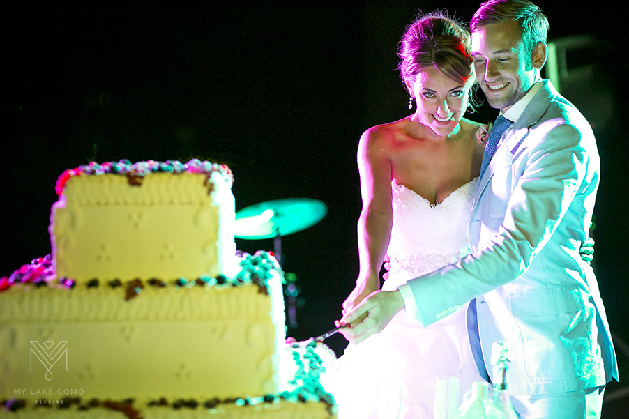 Bride-and-groom-cut-the-wedding-cake-on-Lake-Como