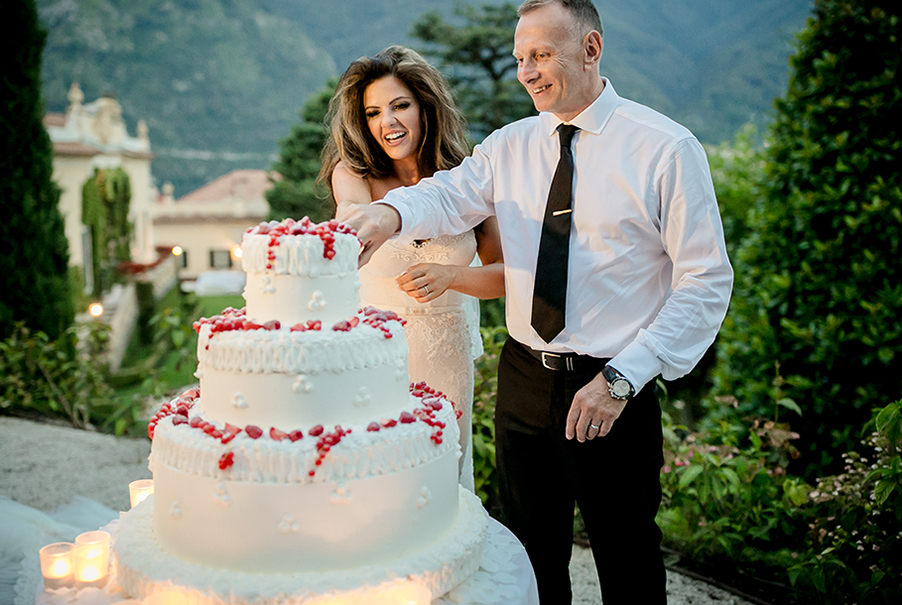 bride-and-groom-at-villa-balbianello-cut-the-wedding-cake-by-my-lake-como-wedding