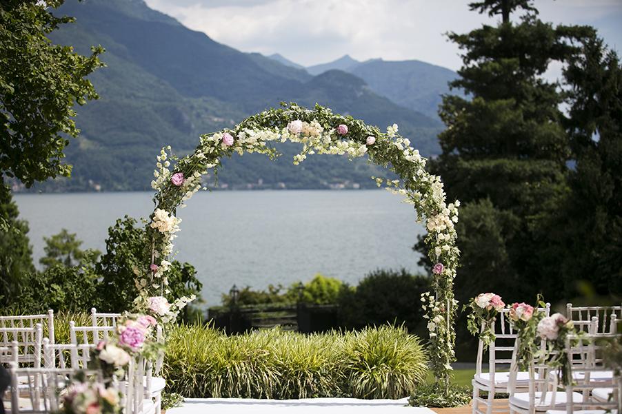 Lake-Como-wedding-ceremony-flower-arch