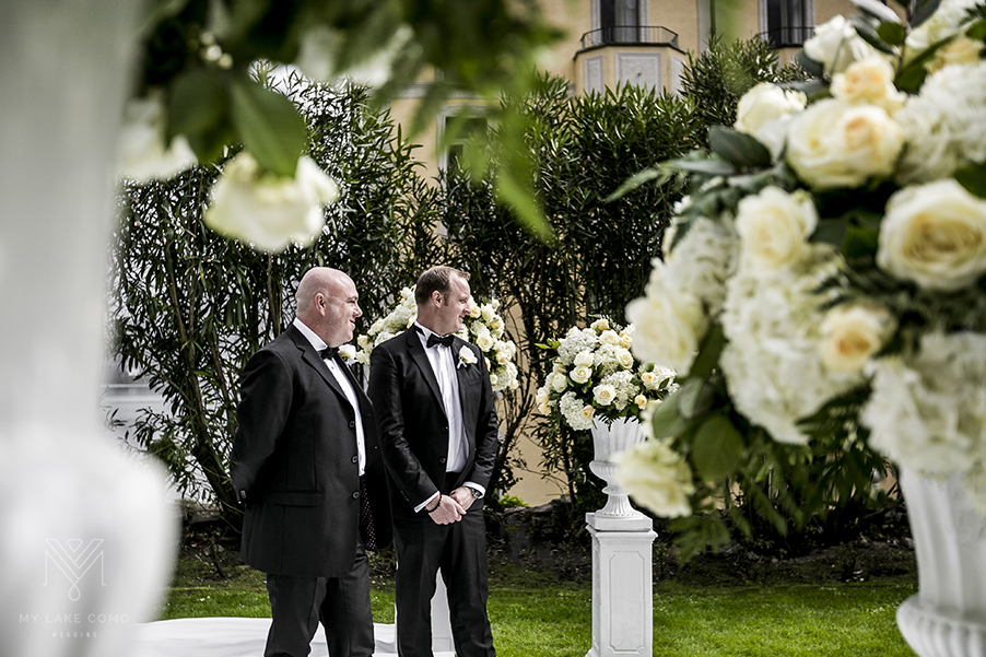Lake-Como-wedding-ceremony-white-flower-urns-and-colomn-displays