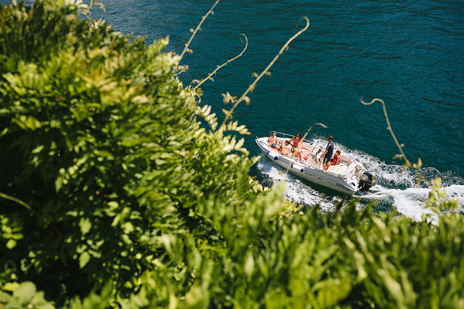 Speed-boat-and-sunbathers-on-Lake-Como-Italy