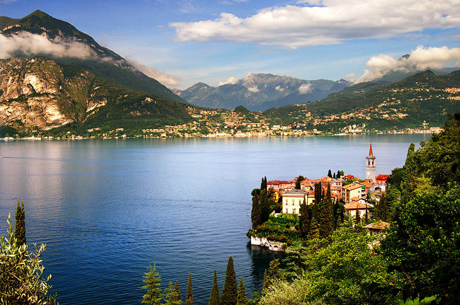 The-town-of-Varenna-on-Lake-Como-showing-the-town-and-hotel-Villa-Cipressi