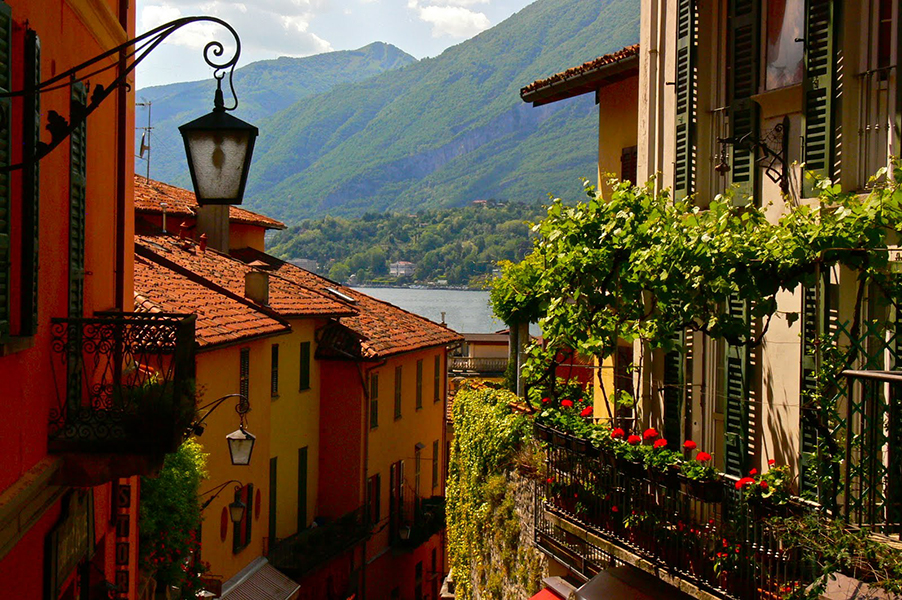 Traditional-looking-Italian-town-on-Lake-Como