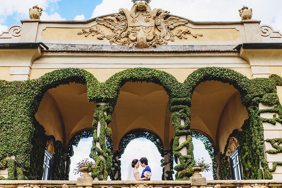 Villa-Balbianello-wedding-photo-shoot-with-bride-and-groom-on-terrace