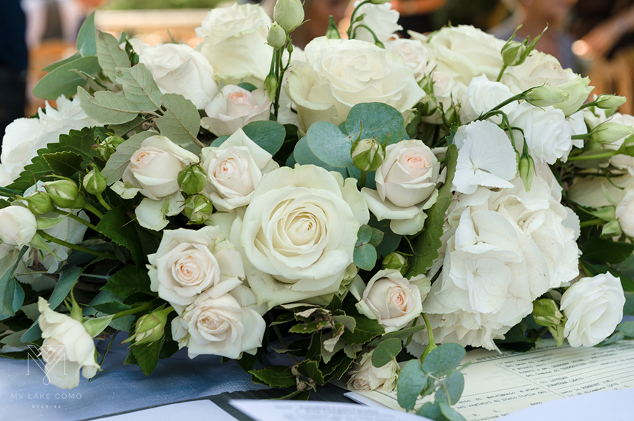 Villa-Balbianello-white-rose-ceremony-table-flower-display