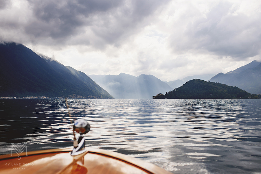 Wooden-Venetian-speed-boat-on-Lake-Como-towards-Villa-Balbianello