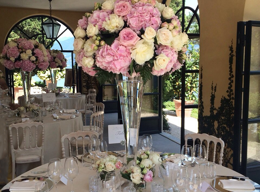 Villa-Balbianello-wedding-table-flower-display-in-glass-vase