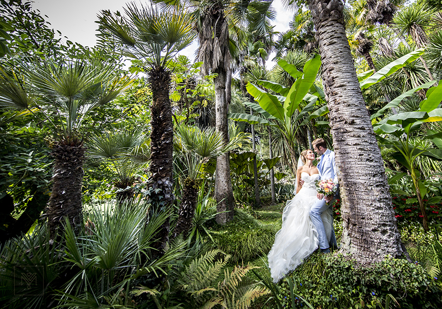 bride-and-groom-photos-in-the-gardens-at-villa-carlotta