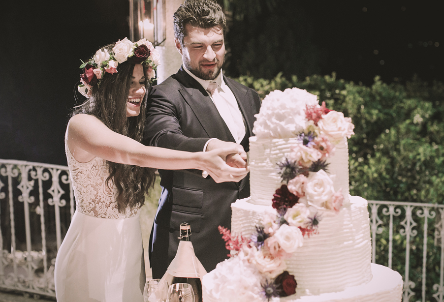 Bride-and-groom-cutting-the-wedding-cake-at-Villa-Vipressi