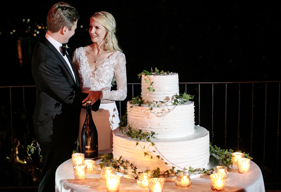 Bride-and-groom-with-wedding-cake-in-the-evening-on-Lake-Como