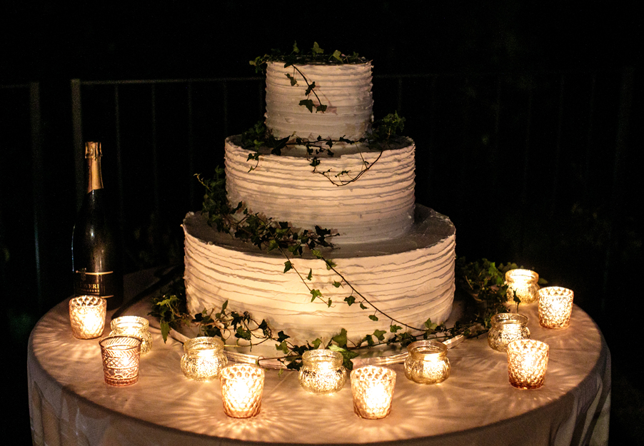 Cake-in-the-evening-of-the-wedding-day-in-Italy