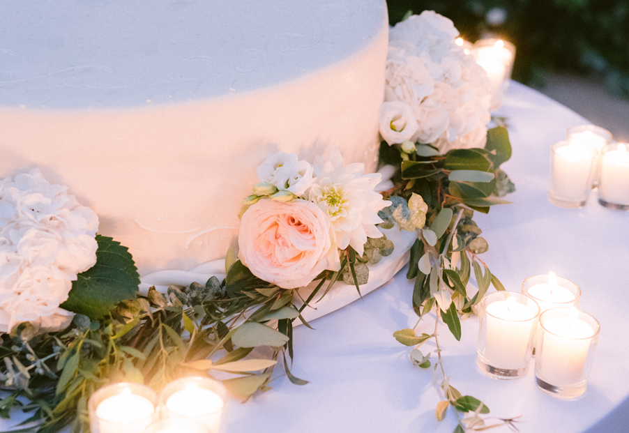 Wedding-cake-with-elegant-floral-and-candles