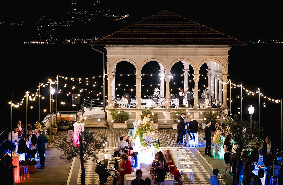 Italian-villa-terrace-event-with-band-and-lighting-to-create-atmosphere