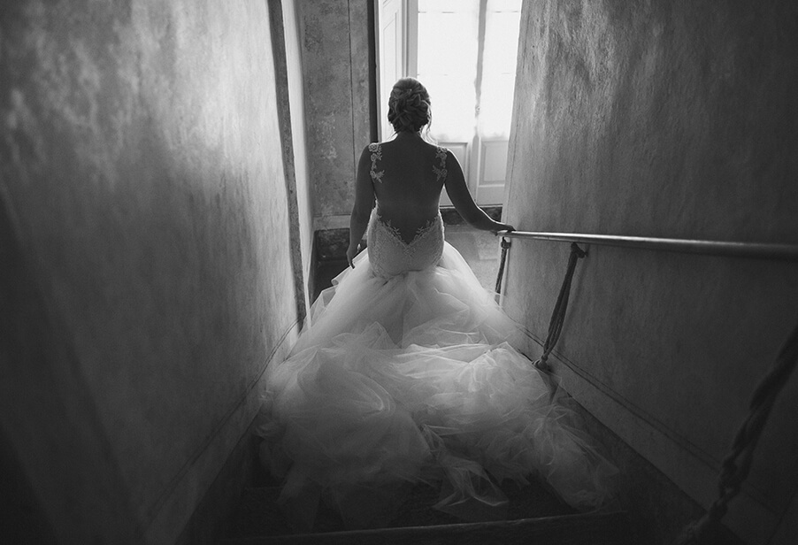 Bride-in-wedding-dress-on-stairs-in-Italian-villa-before-wedding-ceremony-on-Lake-Como