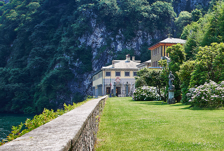 Villa-Pliniana-lawn-area-for-wedding-ceremony-or-dining-on-Lake-Como.-Wedding-planner-My-Lake-Como-Wedding