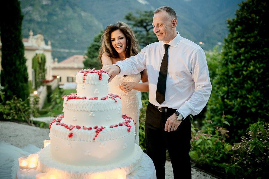 Wedding-cake-cutting-at-Villa-Balbianello-by-wedding-planner-My-Lake-Como-Wedding