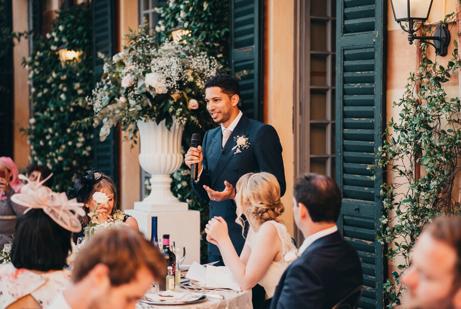 Groom-making-a-speach-during-his-wedding-on-Lake-Como