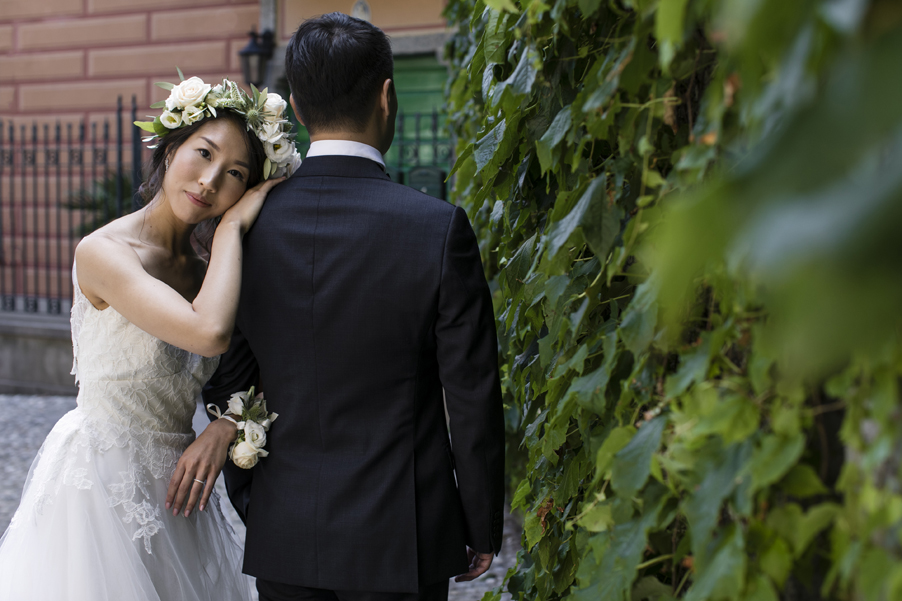 Bride-and-groom-in-Varenna-on-Lake-Como-for-their-photoshoot