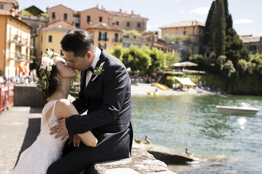 Bride-and-groom-kiss-in-Varenna-on-Lake-Como
