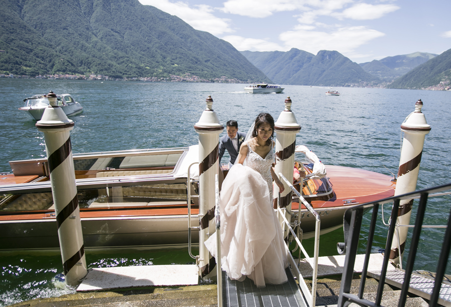 Bride-arrives-at-Villa-Balbianello-by-boat-for-the-wedding-ceremony