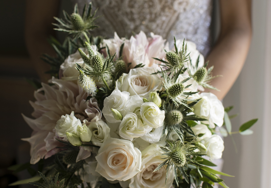 Bride-wedding-bouquet-for-photoshoot-on-Lake-Como