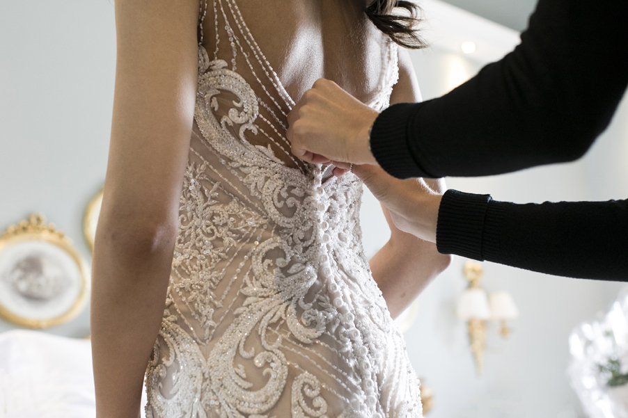 Brides-wedding-dress-photoshoot-on-Lake-Como