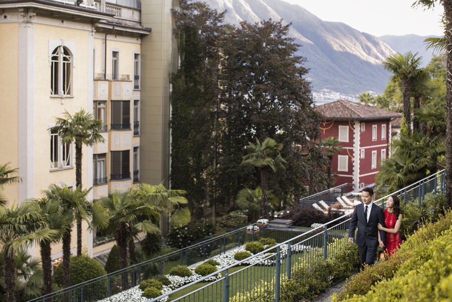 Bride-and-groom-arrive-at-their-hotel-for-dinner-on-Lake-Como