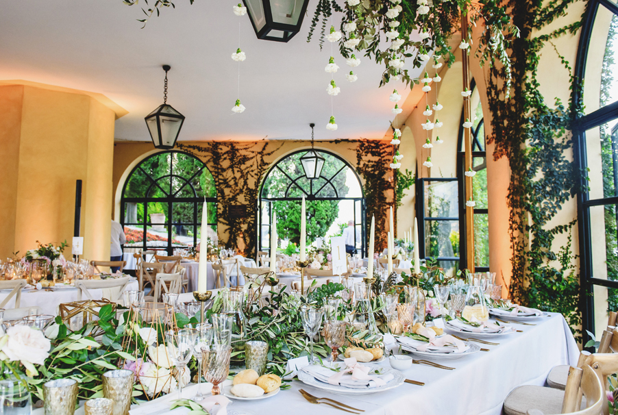 Orangery-dining-room-at-Villa-Balbianello-with-elegant-flowers-and-decoration-by-My-Lake-Como-Wedding