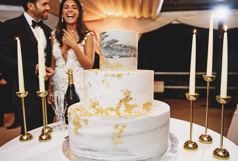 Wedding-cake-marble-effect-with-gold-details-and-candle-sticks-bride-and-groom-Lake-Como