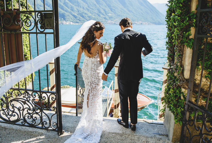 bride-and-groom-getting-on-boat-at-Villa-Balbianello